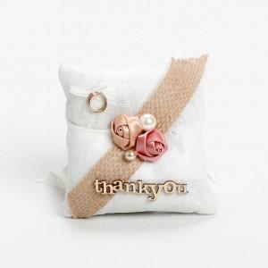 μπομπονιέρα μαξιλαράκι εκρού λουλούδια βέρες & thank you  12x12cm
